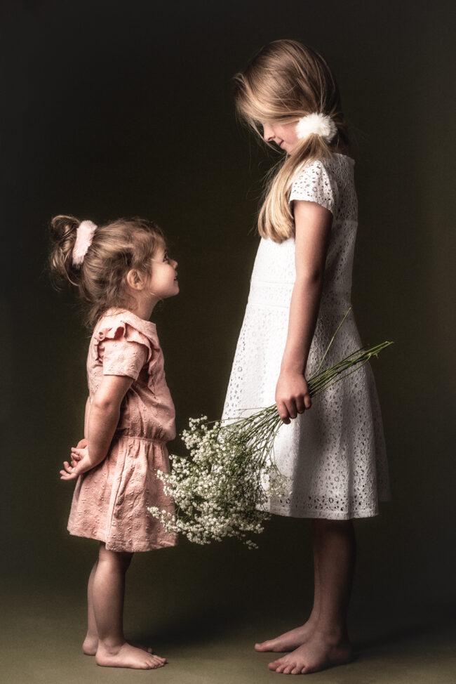 twee zusjes, romantisch beeld met bloemen